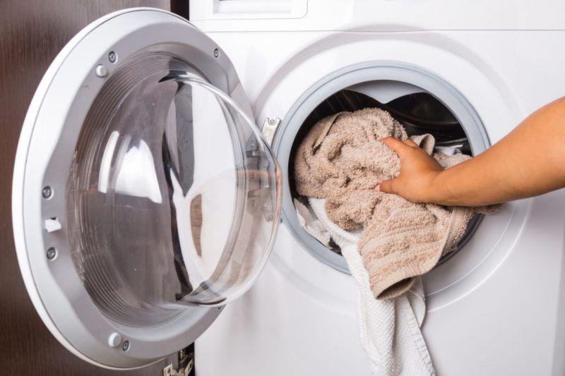загрузка белья в стиралку